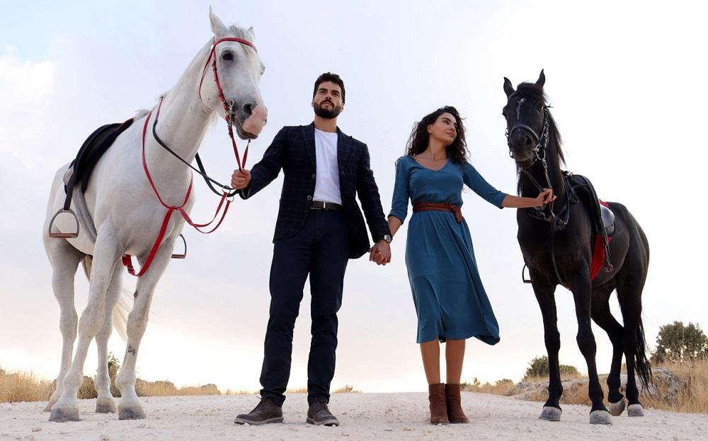 Акын Акынёзю и Эбру Шахин в сериале «Ветреный /Hercai» (2021)