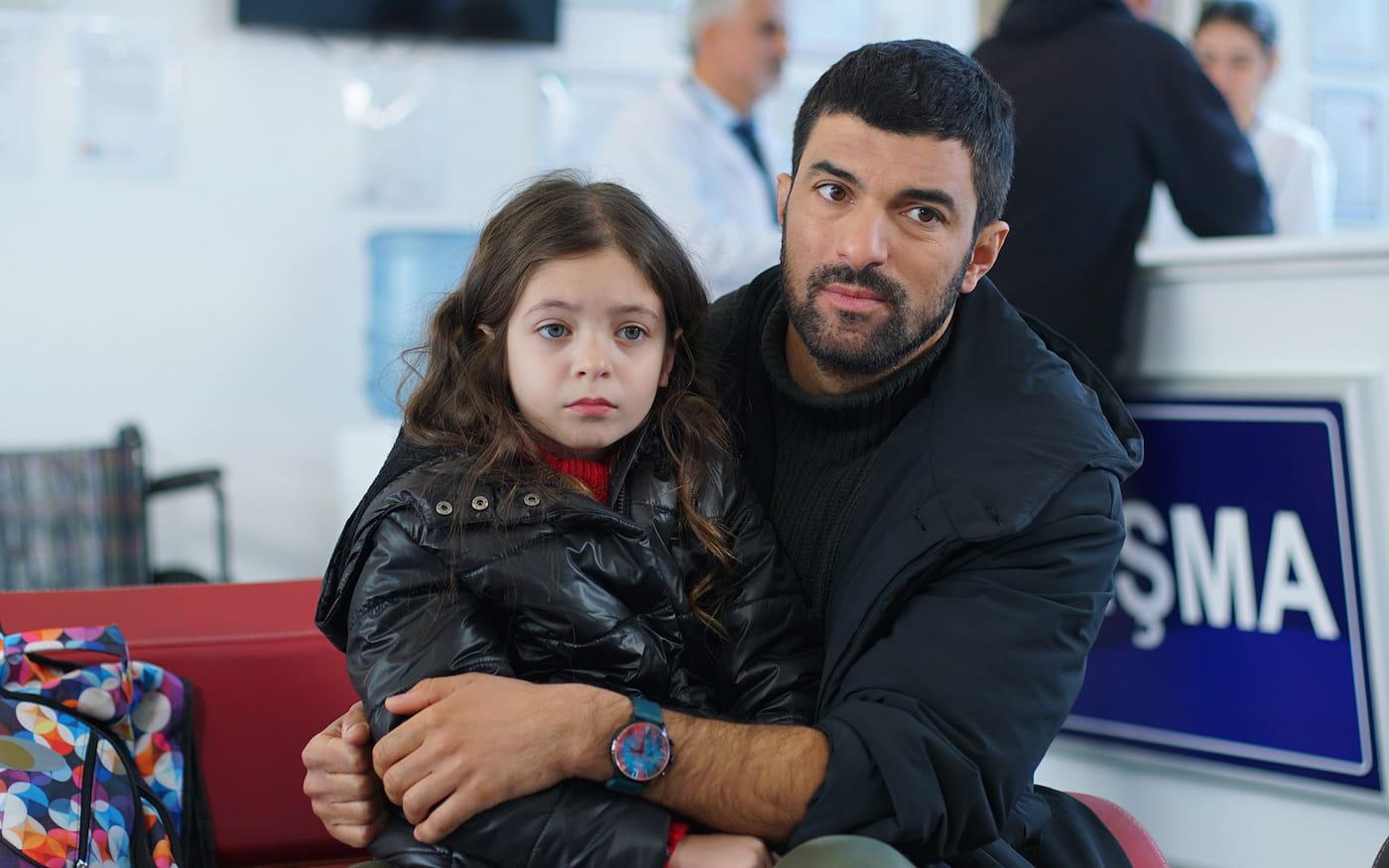 Берен Генчалп и Энгин Акюрек в сериале «Дочь посла / Sefirin Kızı» (2021)