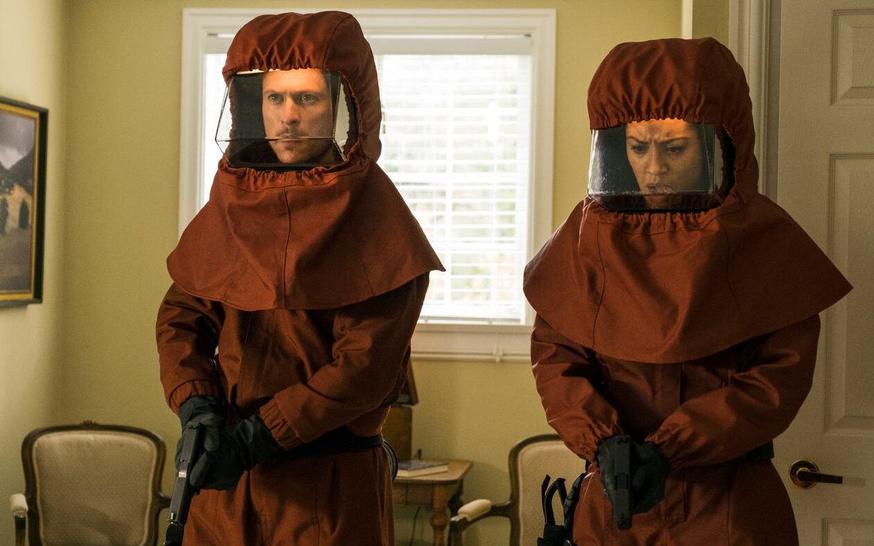 Джонатан Такер и Риэнн Стил в сериале «Обломки / Debris» (2021)