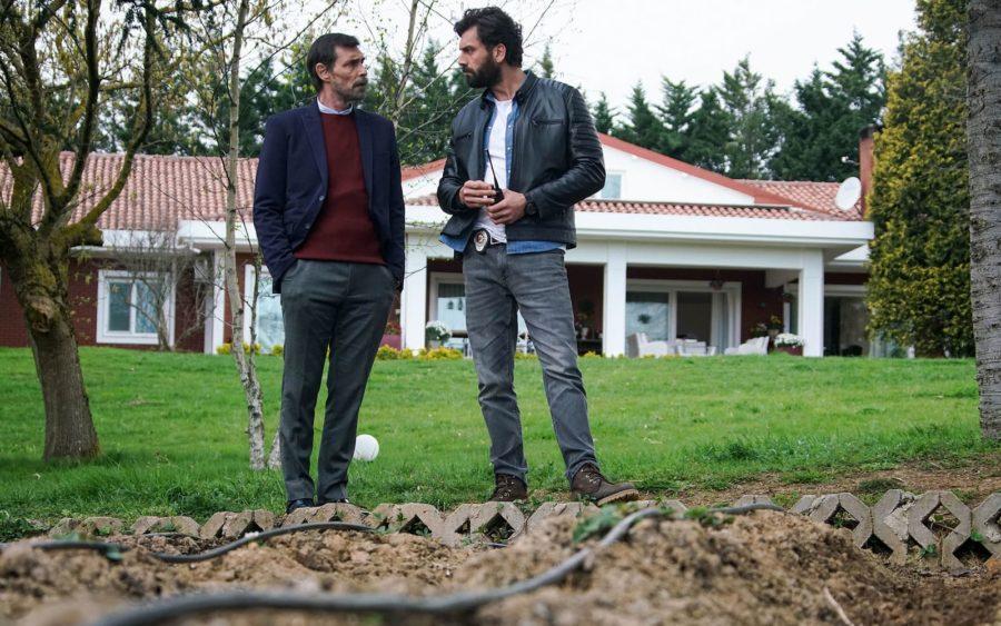 Эрдал Бешикчиоглу (Erdal Beşikçioğlu) и Джан Нергис (Can Nergis) в сериале «Бумажный дом / Kağıt Ev» (2021)