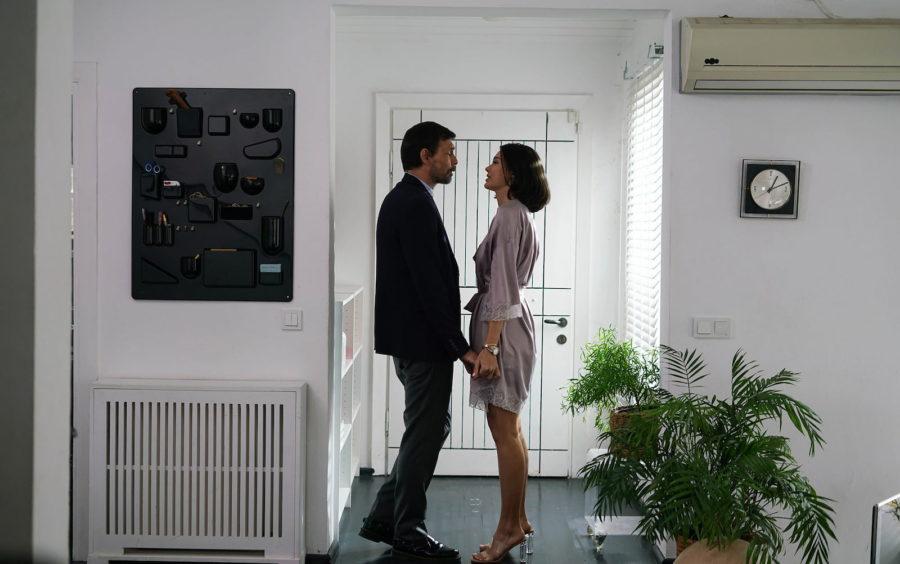 Эрдал Бешикчиолу (Erdal Beşikçioğlu) и Тувана Тюркай (Tuvana Türkay) в сериале «Бумажный дом / Kağıt Ev» (2021)