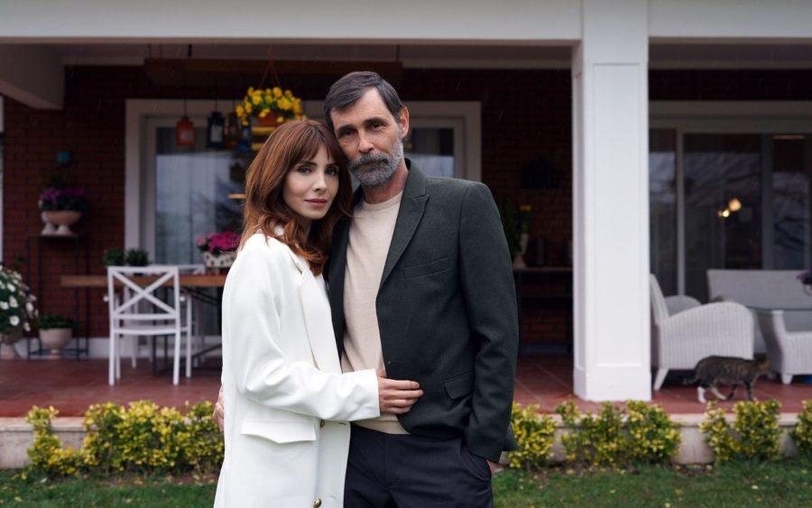 Нур Феттахоглу (Nur Fettahoğlu) и Эрдал Бешикчиоглу (Erdal Beşikçioğlu) в сериале «Бумажный дом / Kağıt Ev» (2021)