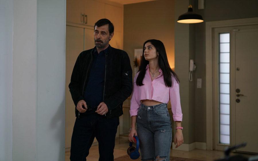 Эрдал Бешикчиоглу (Erdal Beşikçioğlu) и Хелин Кандемир (Helin Kandemir) в сериале «Бумажный дом / Kağıt Ev» (2021)