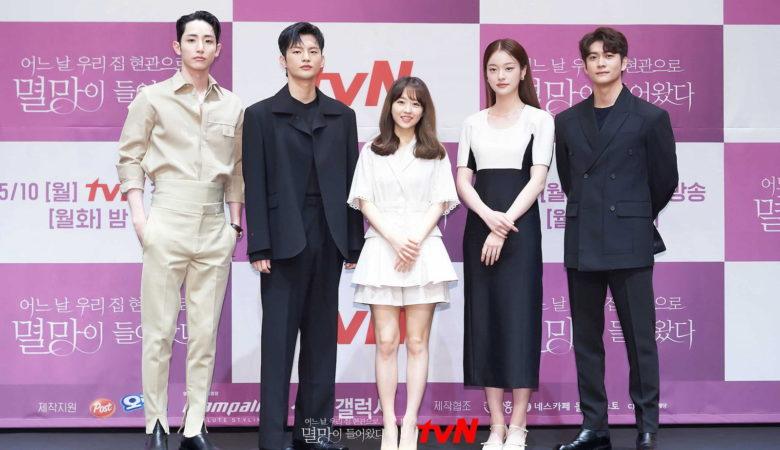 Ли Су-хёк (Lee Soo-Hyuk), Со Ин-гук (Seo In-Guk), Пак Бо-ён (Park Bo-Young), Син До-хён (Shin Do-Hyun) и Кан Тэ-о (Kang Tae-Oh) в дораме «Однажды разрушение вошло в дверь моего дома / Гибель к вашим услугам / One day, Doom Entered The Front Door Of My House / Doom at Your Service» (2021)