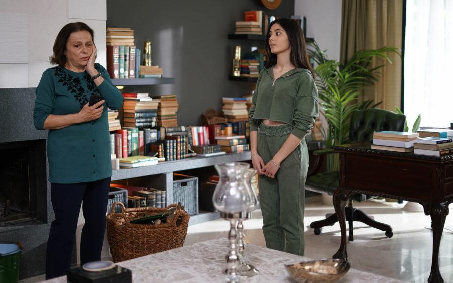 Нихал Колдаш (Nihal Koldaş) и Хелин Кандемир (Helin Kandemir) в сериале «Бумажный дом / Kağıt Ev» (2021)